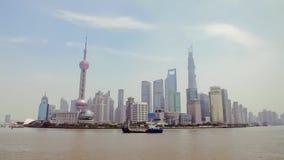 China-sep 2013, Boten van Shanghai 10 kruist de Huangpu-Rivier in Shanghai, China Mening van de dijk stock videobeelden