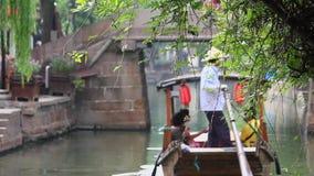China-Sep 2013 van Shanghai 09, traditionele de toeristenboten van China bij de stad van Shanghai Zhujiajiao met boot en historis stock footage