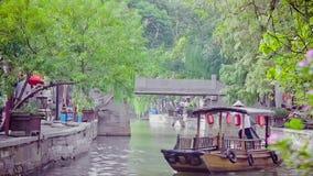 China-Sep 2013 van Shanghai 09, traditionele de toeristenboten van China bij de stad van Shanghai Zhujiajiao met boot en historis stock video
