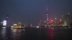 China, Shangai, el río Huangpu en la noche metrajes