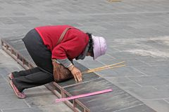 China, Shanghai - April 10, 2012 Een Chinese vrouw bidt in een Knop Royalty-vrije Stock Fotografie