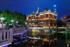 CHINA, SHANGHAI - 7. NOVEMBER 2018: Stadtteehaus-Nachtansicht Shanghais alte, yuyuan Gärten stockfotos