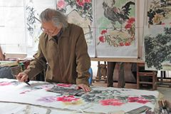China, Suzhou - April 14, 2012 Chinese painti van kunstenaarsverven Royalty-vrije Stock Foto's
