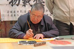 China, Suzhou - April 14, 2012 Een mens schrijft kalligrafie in Kin Stock Foto