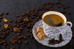 China-Tasse Kaffee auf schwarzem Hintergrund Stockfotografie