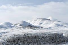 China, Tibet, die schneebedeckten Spitzen der K?ste von Gebirgssee Kering im Sommer, als das Wetter bew?lkt ist- stockfotos