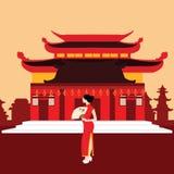 China-traditionelles Haupthaus-Tempelrot mit der chinesischen Frau, die in der Front steht Stockbild