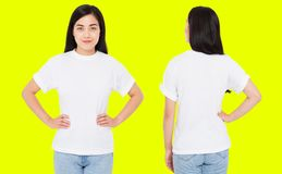 China trasera delantera fijada de las opiniones, mujer coreana en la camiseta blanca aislada en el fondo amarillo, falso para arr imagen de archivo