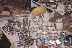 China und andere Gegenstände in einer Flohmarkt in Barcelona Lizenzfreies Stockfoto