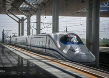 China, Xi ` Het stads` s station Xi ` een Hogesnelheidstrein royalty-vrije stock afbeeldingen