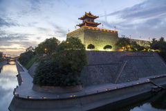 China, Xi'an, pared de la ciudad antigua en la noche Fotos de archivo libres de regalías