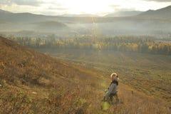 China/Xinjiang: ein Mädchen, das im Sonnenaufgangmorgen lächelt stockfotografie