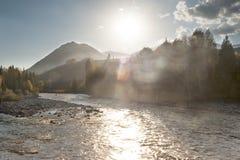 China/Xinjiang: rayo de la puesta del sol que brilla en el río Imagenes de archivo