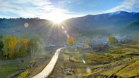 China/Xinjiang: salida del sol en pueblo del baihaba Foto de archivo libre de regalías