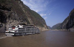 CHINA YANGZI RIVER. A Cruise Ship on the Yangzi River in the Trree Gorges Valley in the province od Sichuan in China Stock Images