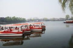 ChinaAsia, Pechino, l'area scenica di Shichahai, barca facente un giro turistico Immagine Stock