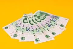 Chinaese 50 τραπεζογραμμάτια Yuan στο κίτρινο υπόβαθρο Στοκ εικόνες με δικαίωμα ελεύθερης χρήσης