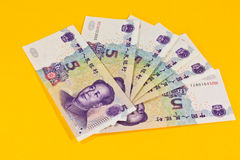 Chinaese 5 τραπεζογραμμάτια Yuan στο κίτρινο υπόβαθρο Στοκ Φωτογραφία