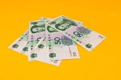 Chinaese 50 banconote di yuan su fondo giallo Fotografia Stock