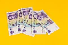 Chinaese 5 banconote di yuan su fondo giallo Fotografia Stock Libera da Diritti