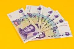 Chinaese 5 banconote di yuan su fondo giallo Fotografia Stock