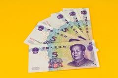 Chinaese 5 billets de banque de yuans sur le fond jaune Images stock