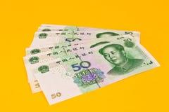 Chinaese 50 Yuan-Banknoten auf gelbem Hintergrund Stockfotos