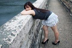 Chinarsi asiatico sveglio della ragazza fotografia stock