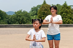 Chinas mother and daughter practice yoga Stock Photography