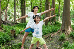 Chinas mother och dotterövningsyoga Arkivfoto