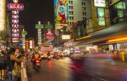 Chinatown, Bangkok, Tailandia - 29 maggio 2018: Le luci notturne ed i ristoranti il ` s del mondo numerano una via dell'alimento  fotografia stock