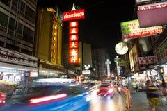CHINATOWN, BANGKOK TAJLANDIA, Apr, - 27, 2017: Przy Porcelanowym Grodzkim Bangkok samochodów światła śladem Obrazy Stock