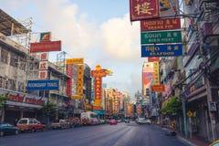 Chinatown, Bangkok, Thailand - 26. März 2017: Straße mit farbiger Anschlagtafel in Yaowarat-Straße, berühmter Ort von Chinatown lizenzfreie stockbilder