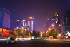 Chinatown mit Singapores-Geschäftsgebiet im Hintergrund stockbild