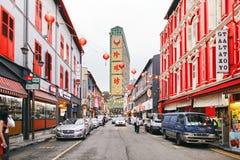 Chinatown, Singapur - 26. März 2013: Die chinesische Straße in Singapur mit rotem Spritzen auf Gebäuden mit Laternendekoration Lizenzfreie Stockfotos