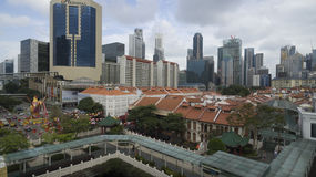 Chinatown in Singapur mit Geschäftsgebiet im Hintergrund lizenzfreie stockfotos