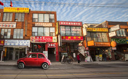 Chinatown in Toronto (Kanada) und im alten roten italienischen Auto lizenzfreie stockfotografie