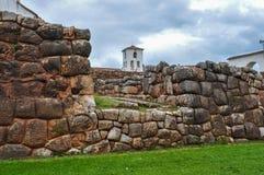 Chinchero与殖民地教会,秘鲁一起的印加人废墟 免版税库存图片