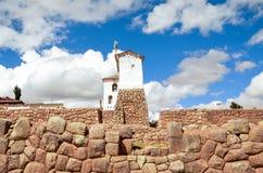 CHINCHERO, PERU 3 JUNI, 2013: De gebouwen van de modderbaksteen in Chinchero door traditionele Inca-terrassen op de helling worde Stock Afbeelding