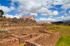 CHINCHERO, PERU 3 JUNI, 2013: De gebouwen van de modderbaksteen in Chinchero door traditionele Inca-terrassen op de helling worde Royalty-vrije Stock Foto's
