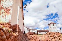 CHINCHERO, PERU 3 JUNI, 2013: De gebouwen van de modderbaksteen in Chinchero door traditionele Inca-terrassen op de helling worde Royalty-vrije Stock Afbeeldingen