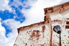 CHINCHERO PERU JUNI 3, 2013: Gyttjategelstenbyggnader i Chinchero omgav vid traditionella Incaterrasser på backen Fotografering för Bildbyråer