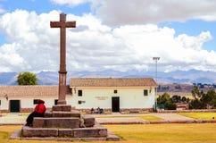 CHINCHERO PERU JUNI 3, 2013: Gyttjategelstenbyggnader i Chinchero omgav vid traditionella Incaterrasser på backen Arkivfoto