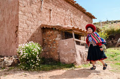 CHINCHERO PERU JUNI 3, 2013: Iklädda traditionella färgrika kläder för infödingCusquena kvinna Arkivfoton