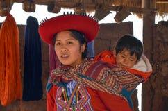 CHINCHERO PERU JUNI 3, 2013: Iklädda traditionella färgrika kläder för infödingCusquena kvinna som förklarar de färga trådarna oc Royaltyfria Foton