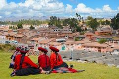 CHINCHERO PERU JUNI 3, 2013: Iklädda traditionella färgrika kläder för infödingCusquena kvinnor Arkivfoton