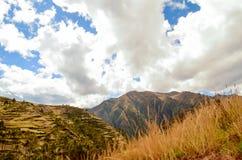 CHINCHERO PERU JUNI 3, 2013: Landskap av traditionella terrasser för ett Incalantbruk Royaltyfria Bilder