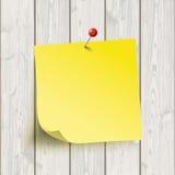 Chincheta de la etiqueta engomada del amarillo del tablero de madera Imágenes de archivo libres de regalías