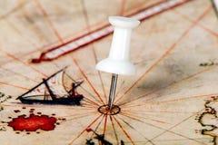 Chincheta en el mapa del mundo Fotografía de archivo