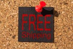 Chincheta roja, papel negro: Concepto de Black Friday Texto: Envío gratis foto de archivo libre de regalías